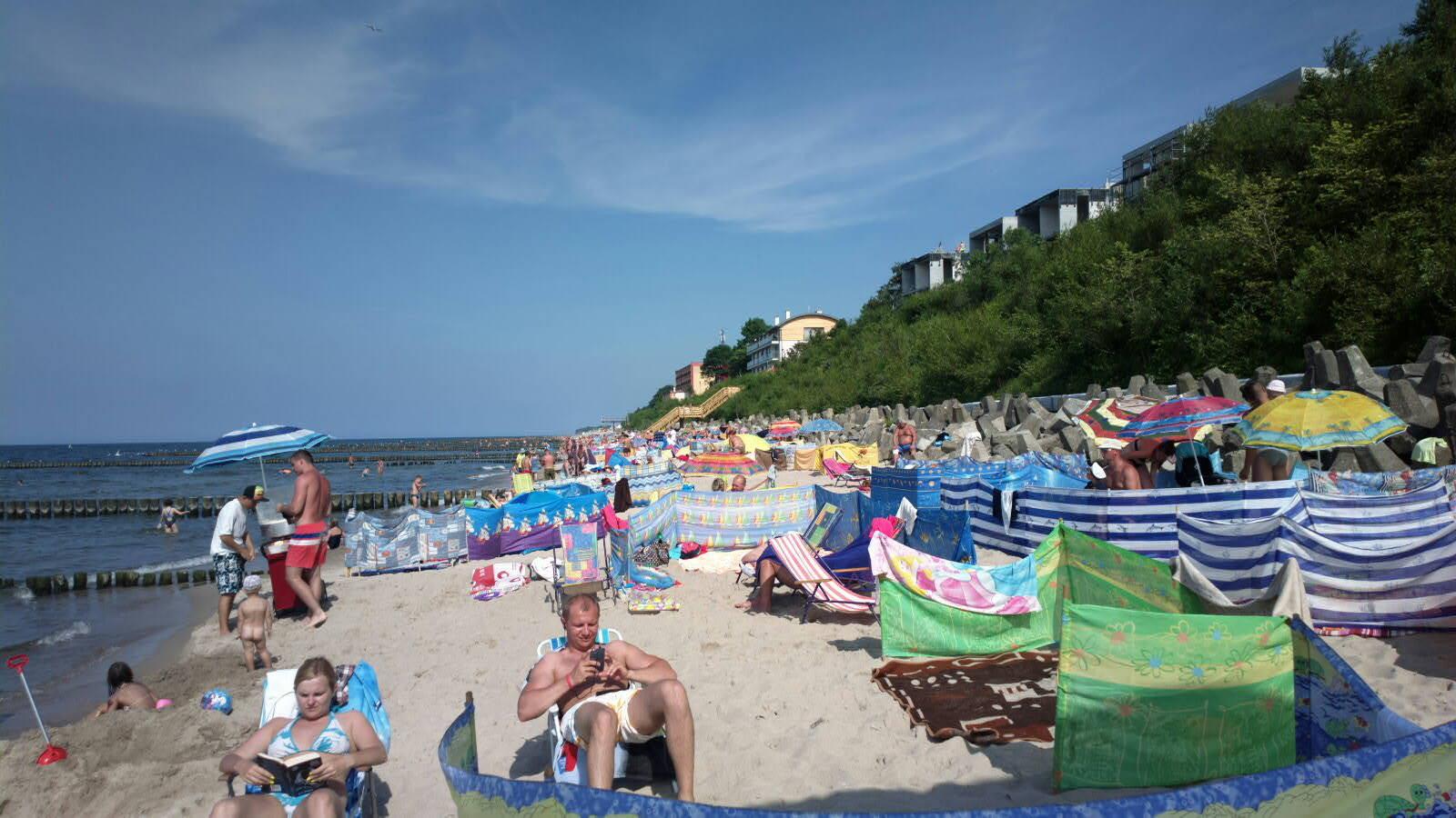 kąpiele słoneczne na plaży w ustroniu morskim