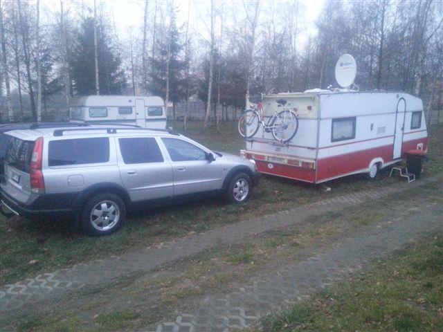 caravan w zimie pod brzozami
